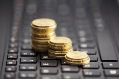 Steigende Münzen auf Tastatur Lizenzfreie Stockbilder