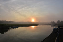 Steigende Reflexionen Sun in Duxbury-Bucht auf einem nebeligen Morgen Lizenzfreie Stockfotografie