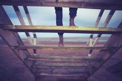 Steigende Schritte des Wanderers, zum der Hütte auf den Strand zu setzen Lizenzfreie Stockfotos