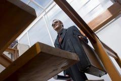 Steigende Treppen des Geschäftsmannes stockbild