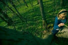 Steigender Baum des Mädchens Lizenzfreie Stockbilder