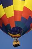 Steigender Heißluft-Ballon Stockfoto