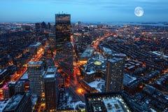 Steigender Mond über der Stadt von Boston lizenzfreies stockfoto