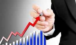Steigender Pfeil und Balkendiagramm des Geschäftsmannbehälterschreibens Lizenzfreies Stockfoto