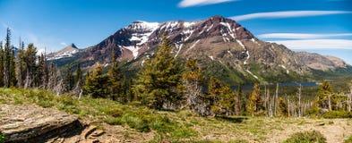 Steigender Wolf Mountains Adorn das Nordufer von zwei Medicine See stockfotografie