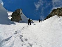 Steigendes Gipfel der Bergsteiger stockfoto