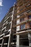 Steiger bij de moderne bouw stock afbeeldingen