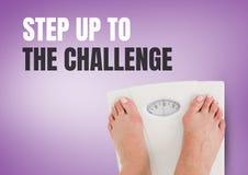 Steigern Sie zu Herausforderungstext und den Füßen der wiegenden Skalen mit purpurrotem Hintergrund Stockbild