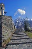 Steigert zur Dorfkirche in Bosco Gurin Lizenzfreie Stockfotografie