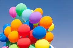 Steigt blauen Himmel im Ballon auf Lizenzfreie Stockfotos