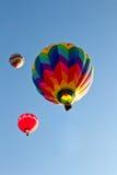 Steigt bunte Heißluft drei das Aufsteigen in Himmel im Ballon auf stockfoto
