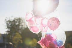 Steigt Glückwünsche mit Kopienraum für Bildung im Ballon auf stockfoto