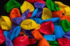 Steigt Regenbogenfarben auf einem schwarzen Hintergrund im Ballon auf Stockbilder