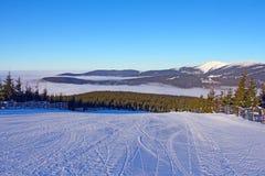 Steigung auf der Skifahrenrücksortierung Stockbild