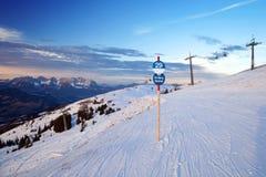 Steigung auf europäischem Skiort Stockfotografie