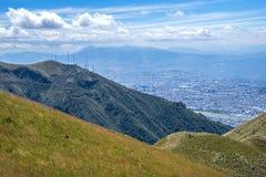 Steigung des Pichincha-Berges mit Quito im Hintergrund Stockfotografie