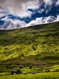 Steigung von Pendle-Hügel mit Himmel und Wolken lizenzfreies stockbild