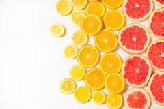 Steigungsfarbzitrusfruchtscheiben auf weißem Hintergrund Stockfotos