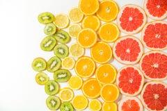 Steigungsfarbzitrusfruchtscheiben auf weißem Hintergrund Stockfoto