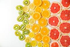 Steigungsfarbzitrusfruchtscheiben auf weißem Hintergrund Lizenzfreie Stockfotografie