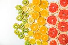 Steigungsfarbzitrusfruchtscheiben auf weißem Hintergrund Lizenzfreie Stockbilder