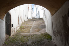 Steil en cobbled straat stock foto's
