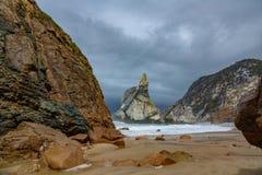 Steil strand met stormachtige wolken royalty-vrije stock foto