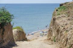 Steile afdaling aan het strand stock afbeeldingen