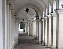 Steile afdaling met oude arcades die toeristen leiden stock foto's