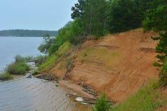 Steile Bank des Flusses stockfotos