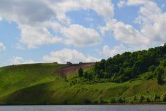 Steile Bank des Flusses stockbild