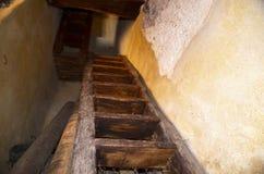 Steile en smalle trap voor eerste verdieping Stock Foto's