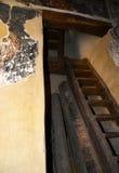 Steile en smalle trap voor eerste verdieping Stock Afbeeldingen