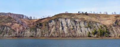 Steile helling boven een rivier Royalty-vrije Stock Fotografie
