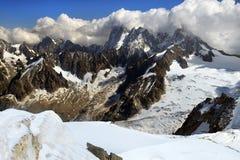 Steile hellingen met sneeuw in de Zwitserse Alpen worden behandeld die Royalty-vrije Stock Fotografie