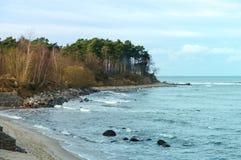 Steile Küste des Meeres Stockfoto