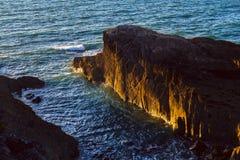 Steile Klippe belichtet durch die untergehende Sonne Lizenzfreie Stockbilder
