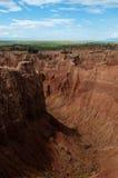 Steile Klippe und Tal des roten orange Sandsteins Lizenzfreie Stockfotos