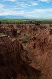Steile Klippe und Tal des roten orange Sandsteins Stockfotos