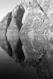 Steile Klippen in Geiranger-Fjord in Norwegen stockfotografie