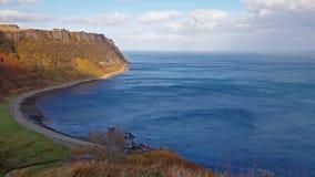 Steile overzeese klippen bij Bearreraig-Baai - Eiland van Skye, Schotland stock video