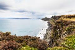Steile rotsachtige kustlijn op het Eiland Skye Stock Foto