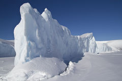 Steile Seite eines großen Eisbergs, der in der Antarktis eingefroren wird