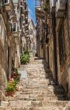 Steile stappen en smalle straat in de oude stad van Dubrovnik stock fotografie