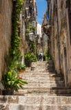 Steile stappen en smalle straat in de oude stad van Dubrovnik royalty-vrije stock fotografie
