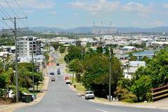 Steile Straße in einer hügeligen Nachbarschaft von Gladstone, Australien Lizenzfreies Stockfoto
