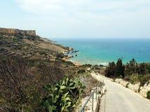 Steile Straße zu mediteranien zu sehen stockfotografie