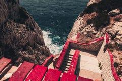 Steile Treppe unten zum Meer Stockfotos