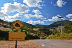 Steile verkeersteken en landelijk landschap Stock Foto