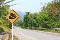 Steiler Gradhügel, der voran roadsign warnt Stockbild